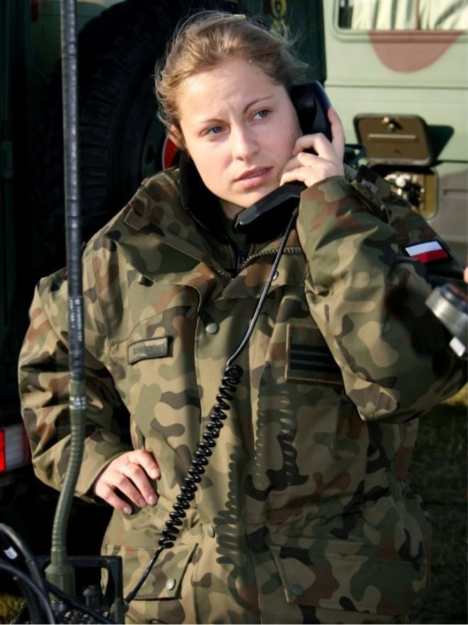 POLISH-FEMALE-SOLDIER.jpg