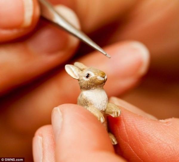Sculptor creates amazing models of animals no bigger than a grain of rice