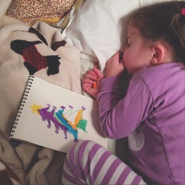 Meet Little Cute Girl Roozle Who Draws Herself to Sleep