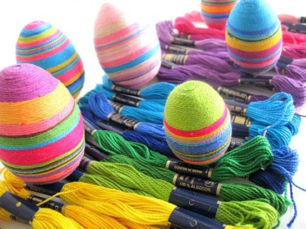 Wrap an Egg With Colored Threads