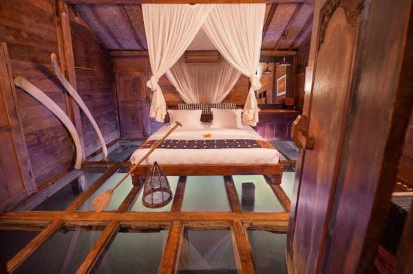 Stunning Room's Glass Floor Reveals Underwater Wonders
