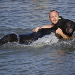 17 Greatest People Risk Their Lives To Save Animals Lives
