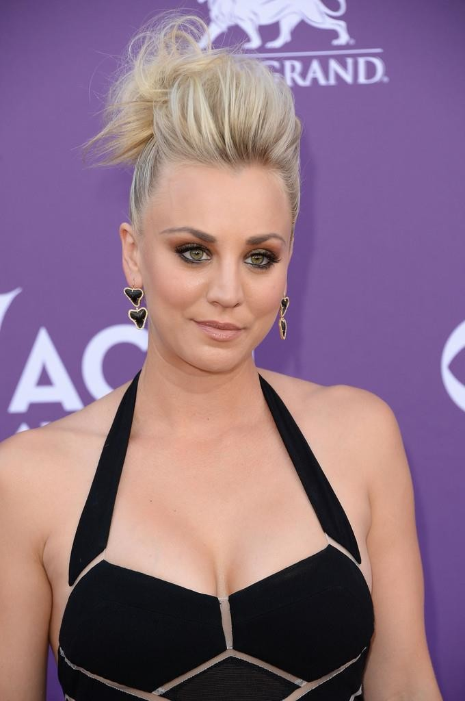kaley cuoco breast implants