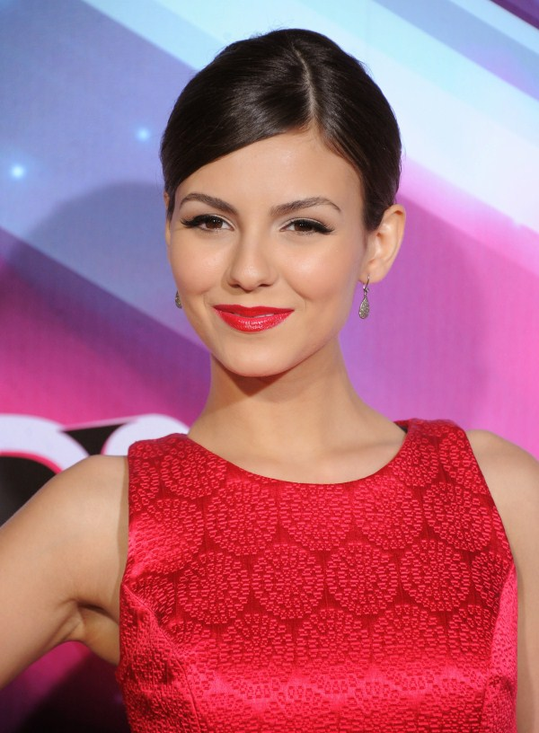 victoria justice looks fabulous in red dress
