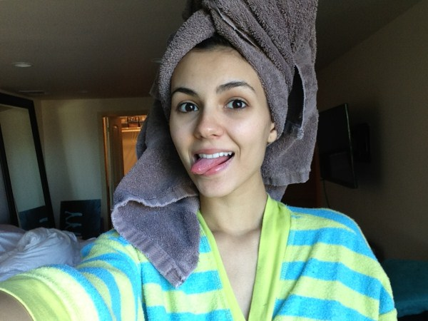 victoria justice taking selfie