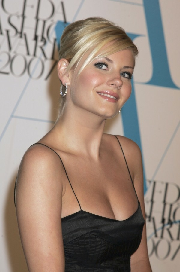 elisha cuthbert cleavage and breast