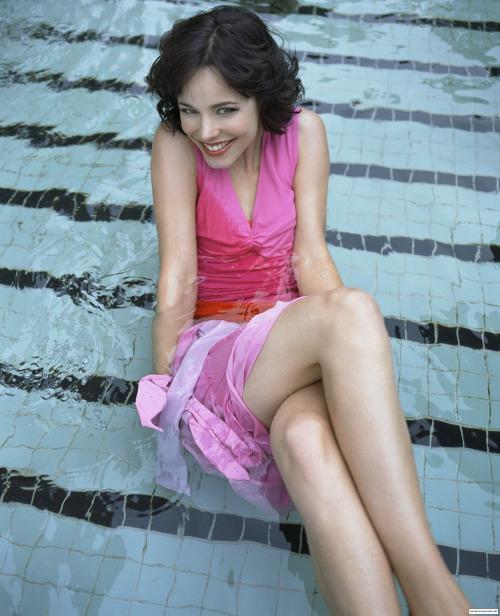 rachel mcadams legs in pool