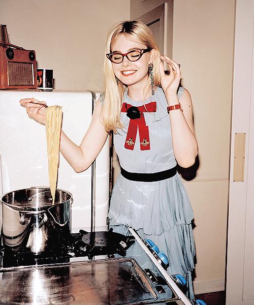 elle-fanning-cooking