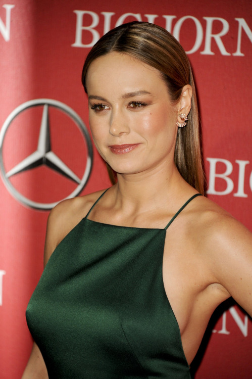 brie larson showing side boobs