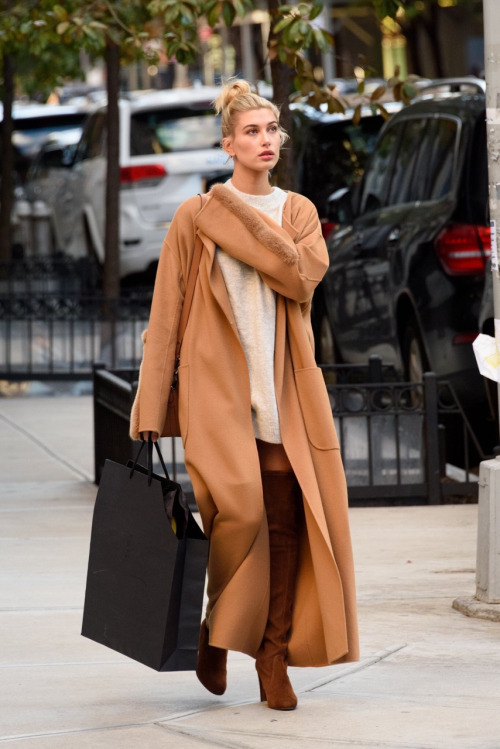 hailey baldwin with shopping bag